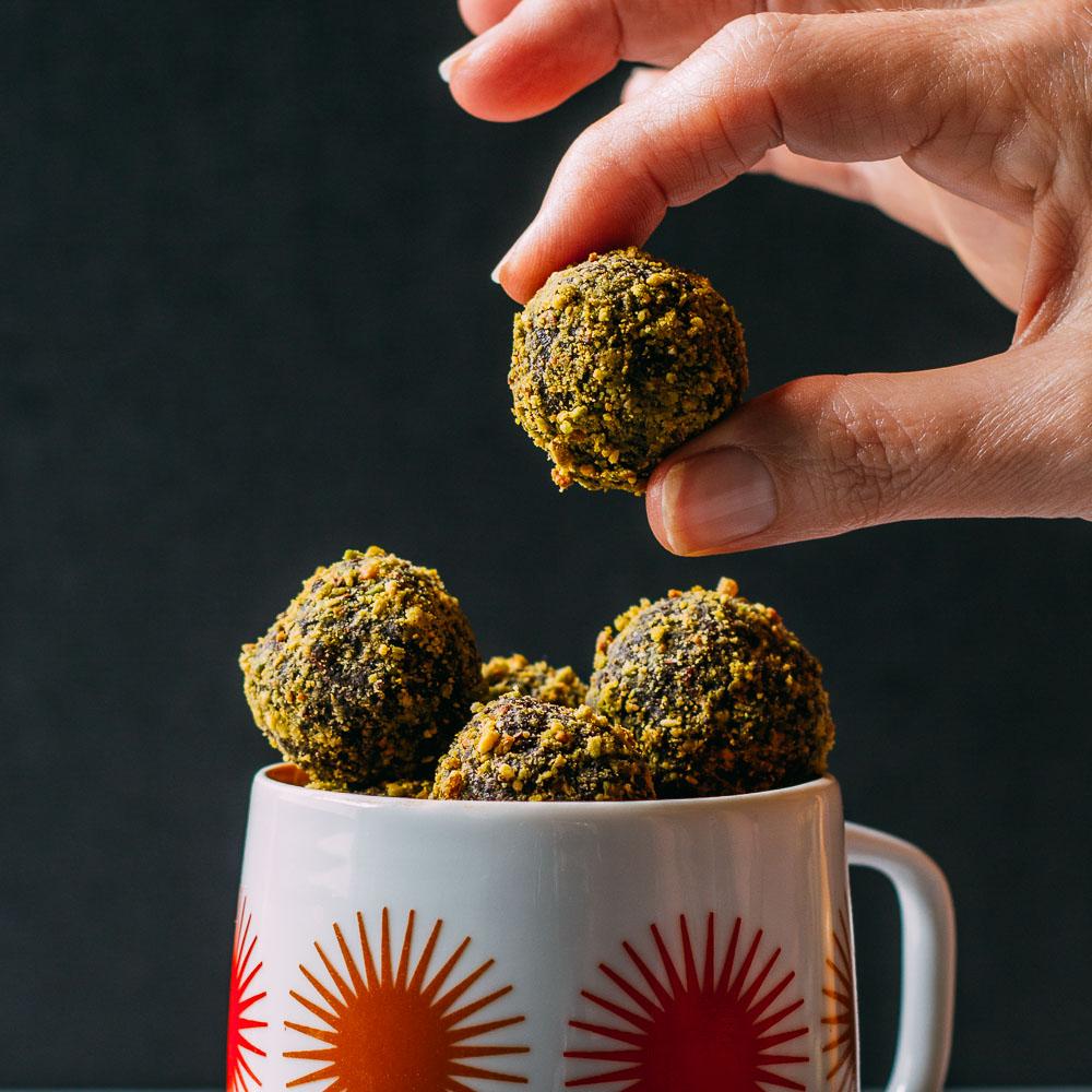 Date-Sweetened Chocolate Pistachio Bites #wfpb #gluten-free #chocolate #pistachio | Veeg