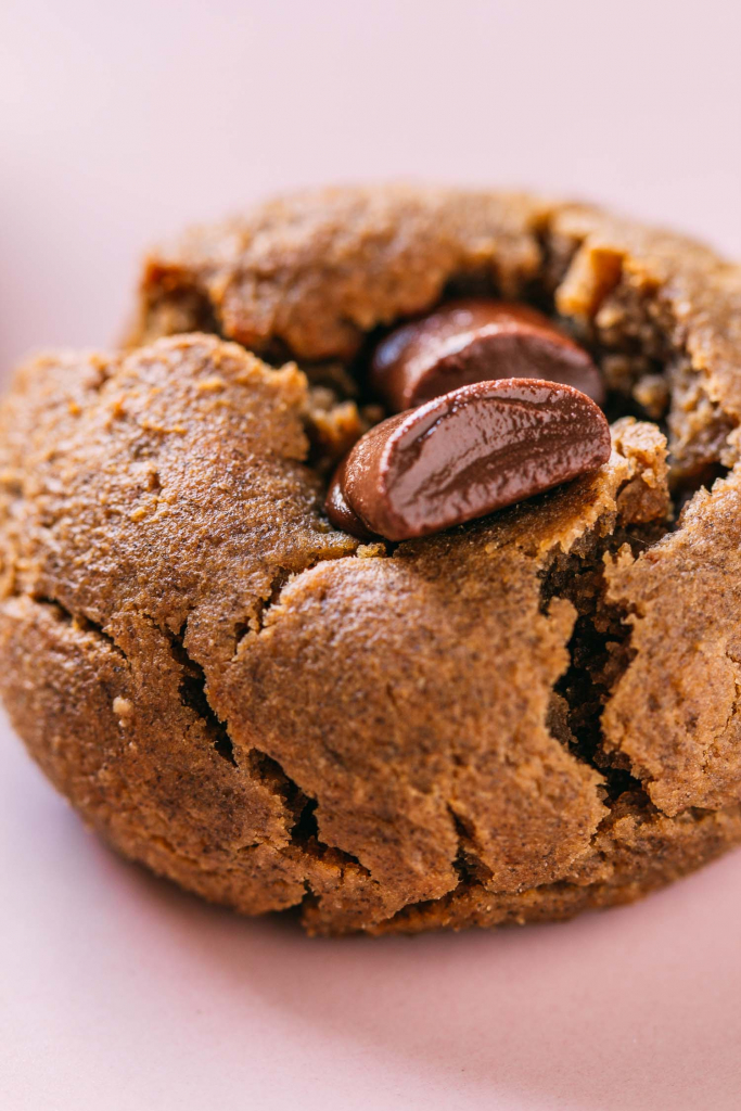 Peanut Butter & Chocolate Cookies  #peanutbutter #cookies #recipes #cleaneating #diet #eat #healthy #food #vegan #vegetarian #recipes #veggie #dairyfree #plantbased #glutenfree #eatclean #sugarfree #recipe #fok #mcdougall #wfpb #wfpbno #oilfree #enjoylife #chocolate #chips #maplesyrup #dates  #flourless #chickpeas #aquafaba