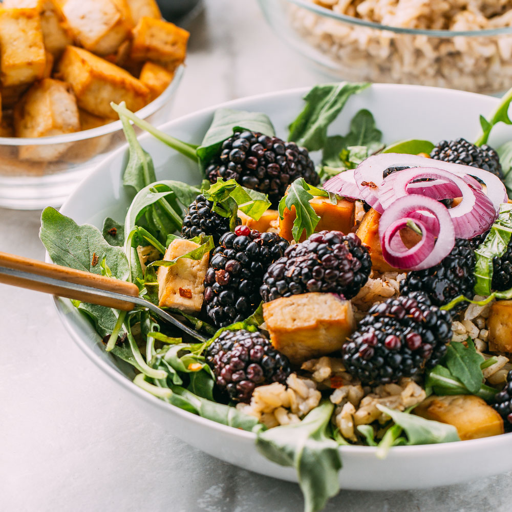 Blackberry Basil Bowl with Balsamic Dressing #plantbased #vegan #recipe #blackberry #basil #bowl #balsamic #oilfree #dressing #rice #glutenfree #wfpb #cleaneating #wfpbno #tofu #arugula #tahini | Veeg