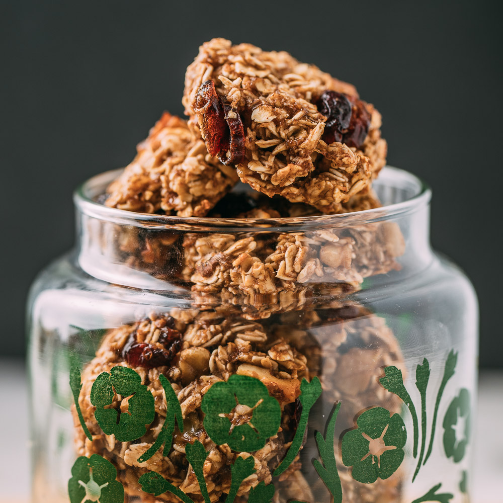Oatmeal Cookies with Bananas Cranberries & Walnuts #plantbased #cookie #recipe #recipes #cookies #oatmeal #walnuts #cranberries #bananas #vegan #glutenfree #oilfree #wfpb #wfpbno #fok #dessert #snack #baked #kidfriendly | Veeg